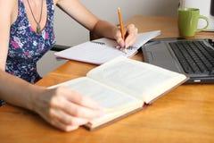 Dziewczyna pisze w notatniku zdjęcia royalty free