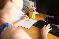 Dziewczyna pisze w notatniku zdjęcie royalty free