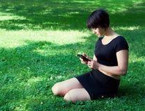 Dziewczyna plenerowa z telefonem Obraz Stock