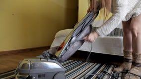 Dziewczyna po czyścić mieszkanie, fałdy próżnia czysta zdjęcie wideo