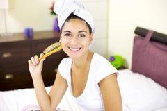 Dziewczyna po tym jak włosiany obmycie z ręcznikiem na jej głowie Zdjęcie Royalty Free