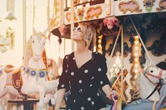 Dziewczyna pobyt w wesoło iść round carousel zdjęcie stock