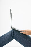 dziewczyna podłogowy laptop Zdjęcia Stock