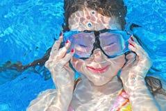 dziewczyna pod wodnymi potomstwami Zdjęcie Royalty Free