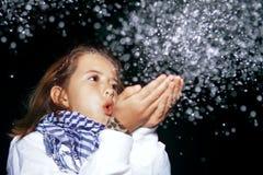 dziewczyna podmuchowy śnieg Zdjęcie Royalty Free