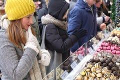 Dziewczyna podnosi czekoladę, cukierków bary, galareta Zdjęcie Stock