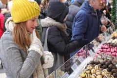 Dziewczyna podnosi czekoladę, cukierków bary, galareta Obraz Stock
