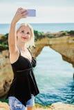 Dziewczyna podróżnik robi selfie na tle morze i falezy obraz stock
