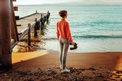 Dziewczyna podróżnik Z lornetkami W ręki pozyci Dennym Pobliskim P Zdjęcie Royalty Free
