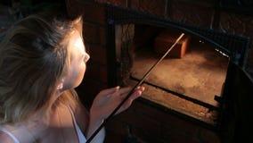 Dziewczyna podsyca kuchenkę zbiory wideo