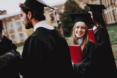 dziewczyna Podwórze salopa uniwersytet classmates fotografia royalty free