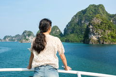 Dziewczyna podziwia naturę na rejs łodzi Zdjęcie Royalty Free