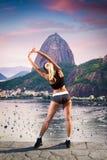 Dziewczyna podziwia widok na górze góry Fotografia Royalty Free