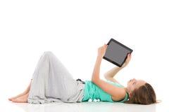Dziewczyna pokazuje cyfrową pastylkę Obraz Royalty Free