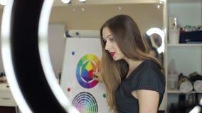 Dziewczyna pokazuje dlaczego mieszać kolory na koloru pasmie Itten zbiory wideo