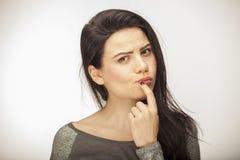 Dziewczyna pokazuje emocję z twarzowymi cechami Fotografia Stock