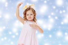 Dziewczyna pokazuje lalę Obrazy Stock
