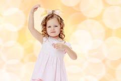 Dziewczyna pokazuje lalę Fotografia Stock