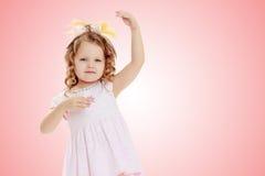 Dziewczyna pokazuje lalę Zdjęcia Stock