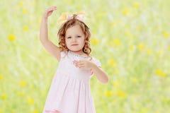 Dziewczyna pokazuje lalę Zdjęcia Royalty Free