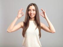 Dziewczyna pokazuje OK znaka obrazy stock