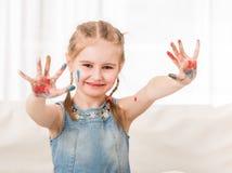 Dziewczyna pokazuje ona malował palmy fotografia stock