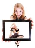 Dziewczyna pokazuje pastylkę z sprawność fizyczna napadu kobietą. Sport. Obrazy Royalty Free