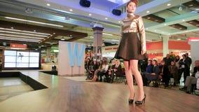 Dziewczyna pokazuje projekty na wybiegu, wzorcowy przesmyka puszka wybieg, pokaz mody, nowa inkasowa prezentacja zbiory