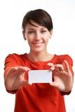 Dziewczyna pokazuje pustą wizytówkę zdjęcie stock