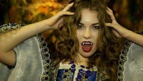 Dziewczyna pokazuje wampira kostium w jamie zdjęcie wideo