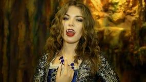 Dziewczyna pokazuje wampira kostium w jamie zbiory