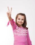 Dziewczyna pokazuje zwycięstwo znaka Obraz Stock