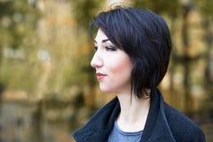 Dziewczyna portret, kolor żółty opuszcza na tle, jesieni miasta park, sezon jesienny, czerń żakiet Fotografia Stock