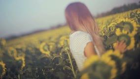 dziewczyna Portret piękna szczęśliwa dziewczyna z słoneczniki strzały zbiory wideo