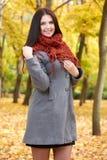 Dziewczyna portret w żółtym miasto parku, sezon jesienny Obraz Royalty Free