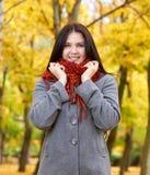 Dziewczyna portret w żółtym miasto parku, sezon jesienny Zdjęcia Royalty Free