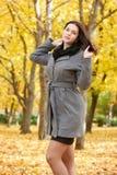 Dziewczyna portret w miasto parku, sezon jesienny Zdjęcia Royalty Free