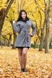 Dziewczyna portret w miasto parku, sezon jesienny Obrazy Royalty Free