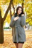 Dziewczyna portret w miasto parku, sezon jesienny Zdjęcie Royalty Free