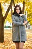 Dziewczyna portret w miasto parku, sezon jesienny Obraz Royalty Free
