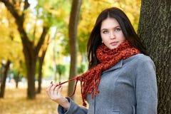 Dziewczyna portret z czerwonym szalikiem w jesieni miasta parku, sezon jesienny Obraz Stock