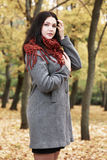 Dziewczyna portret z czerwonym szalikiem w jesieni miasta parku, sezon jesienny Zdjęcie Stock