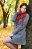 Dziewczyna portret z czerwonym szalikiem w jesieni miasta parku, sezon jesienny Zdjęcie Royalty Free