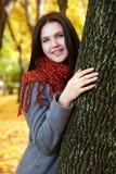 Dziewczyna portret z czerwonym szalikiem w jesieni miasta parku, sezon jesienny Fotografia Royalty Free