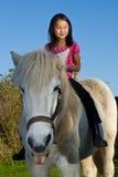 Dziewczyna pozbywa się białego konia w Denmark obrazy royalty free