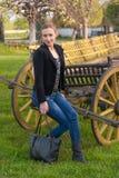 Dziewczyna Pozuje przy gospodarstwem rolnym obrazy royalty free
