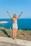 Dziewczyna Pozuje przy morzem obraz stock