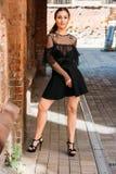 Dziewczyna pozuje uśmiechy Emocjonalny portret moda elegancki portret ładna młoda kobieta miasto portret brunetka Fotografia Stock