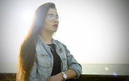 Dziewczyna pozuje w świetle słonecznym Obrazy Royalty Free