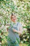 Dziewczyna pozuje w kwitnie wiśni obraz stock